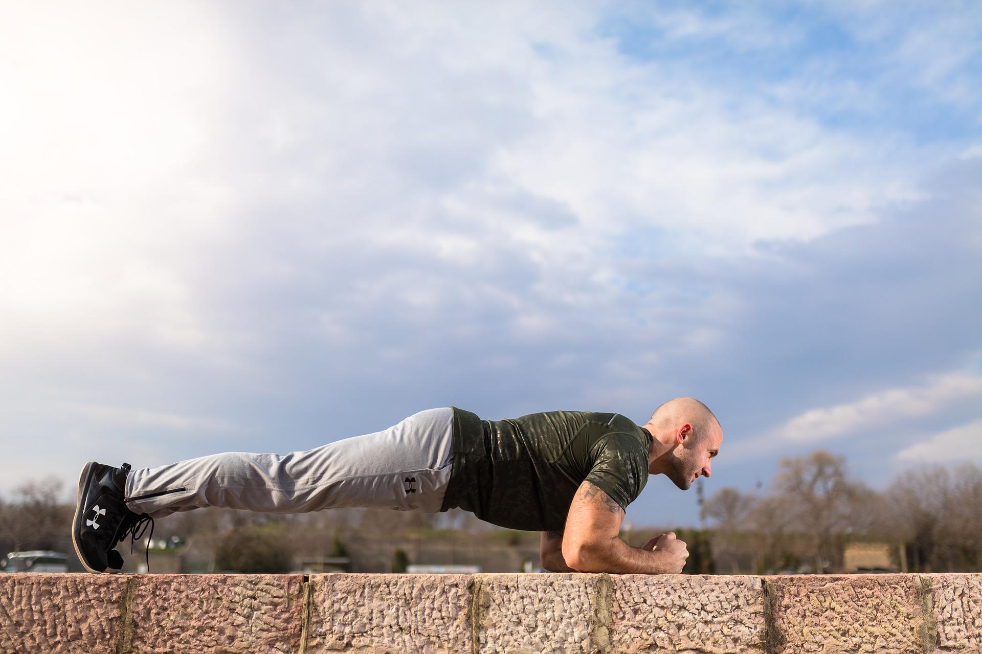 トレーニング初心者におすすめ!体幹を鍛えるプランクのやり方とコツ