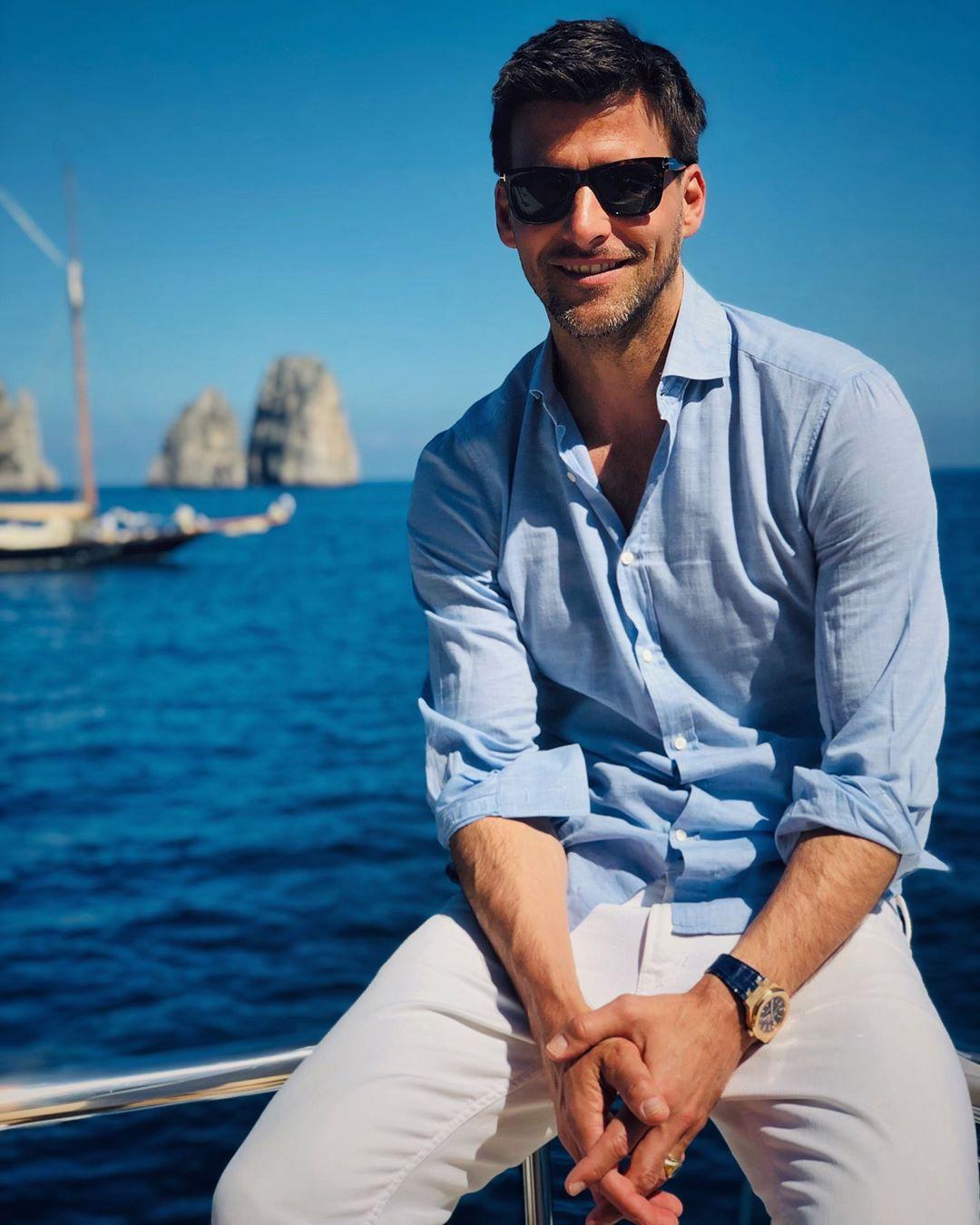 ホワイトパンツ&ブルーシャツ